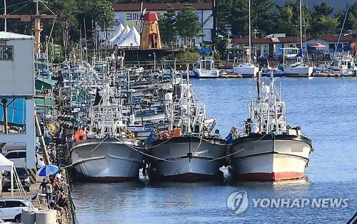 Fishing boats are anchored at a port in Sokcho, located about 210 kilometers east of Seoul, in this file photo taken on Aug. 29, 2017. (Yonhap)