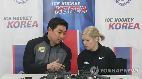 South Korea women's hockey head coach Sarah Murray (R) chats with her assistant, Kim Do-yun, during a press conference at Jincheon National Training Center in Jincheon, North Chungcheong Province, on Jan. 22, 2018. (Yonhap)