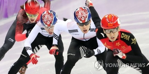 South Korean short track speed skater Lim Hyo-jun (2nd from L) and Hwang Dae-heon (3rd from L) compete in the final of the men's 500 meters during the PyeongChang Winter Olympics at Gangneung Ice Arena in Gangneung, Gangwon Province, on Feb. 22, 2018. (Yonhap)