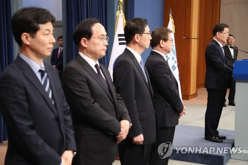 Chung Eui-yong (at podium) speaks in a press conference, held at Seoul's presidential office Cheong Wa Dae on March 6, 2018, on the outcome of his two-day trip to North Korea as a special envoy of South Korean President Moon Jae-in, during which he and Moon's four other envoys (left) held an unprecedented meeting with North Korean leader Kim Jong-un. The envoys are (from L) Yun Kun-young, a Cheong Wa Dae official, Kim Sang-gyun, a senior director fo the National Intelligence Service (NIS), Vice Unification Minister Chun Hae-sung and NIS chief Suh Hoon. (Yonhap)
