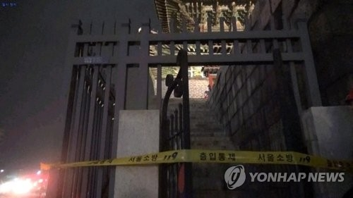 The photo shows an east-side entrance of Dongdaemun Gate in Seoul on March 9, 2018. Authorities cordoned off the area with tape after an apparent arson caused light damage. (Yonhap)