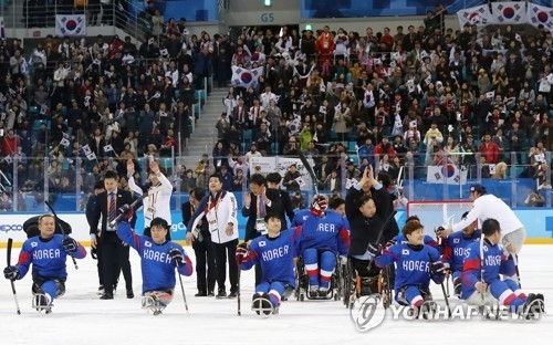 South Korea's ice sledge hockey players celebrate after they beat Italy to win the bronze medal game at the PyeongChang Winter Paralympics at Gangneung Hockey Centre in Gangneung, Gangwon Province, on March 17, 2018. (Yonhap)