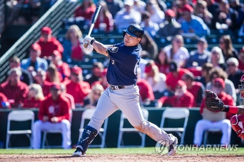 In this Getty Images file photo from Feb. 24, 2018, Choi Ji-man of the Milwaukee Brewers bats against the Los Angeles Angels during a spring training game at Goodyear Ballpark in Goodyear, Arizona. (Yonhap)