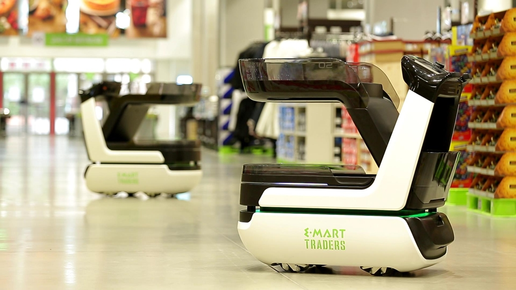 This undated photo provided by E-Mart Inc., South Korea's leading discount chain operator, shows its autonomous cart, eli. The company unveiled the cart for a four-day test operation at its warehouse-style supermarket Traders in Hanam, just southeast of Seoul, on April 17, 2018. (Yonhap)