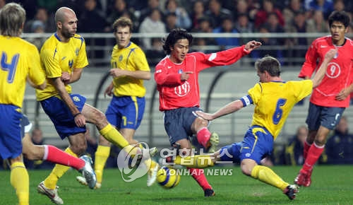 In this file photo taken on Nov. 12, 2005, South Korea's Ahn Jung-hwan (3rd from R) vies for the ball with Swedish defenders during a friendly football match between South Korea and Sweden at Seoul World Cup Stadium in Seoul. (Yonhap)