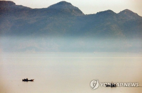 A North Korean military officer and a civilian crossed the tense western sea border into South Korea on a small boat on May 19, 2018. This photo shows North Korean fishing vessels on the Yellow Sea earlier in the day. (Yonhap)