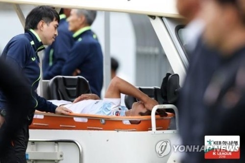 In this file photo provided by the K League on May 19, 2018, Gangwon FC forward Lee Keun-ho is stretchered off the field after suffering a knee injury in a K League 1 match against Gyeongnam FC at Changwon Football Center in Changwon, 400 kilometers southeast of Seoul. (Yonhap)