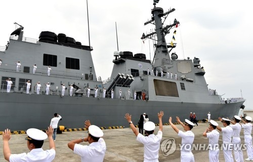 South Korean service members salute before departing to join the Rim of the Pacific exercise during a ceremony at a naval base in Changwon, about 400 kilometers southeast of Seoul, on May 28, 2018, in this photo provided by the Navy. (Yonhap)