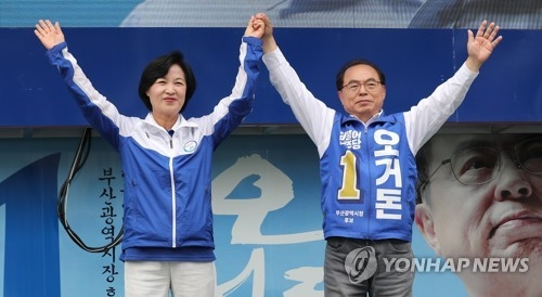 This photo, taken June 12, 2018, shows Choo Mi-ae (L) appealing for voter support in the southeastern port city of Busan ahead of the June 13 local elections. (Yonhap)