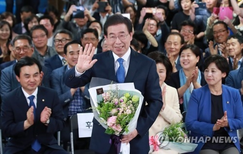 This photo taken on June 13, 2018, shows Seoul mayor Park Won-soon (C), who is almost certain to win his third term in the local elections. (Yonhap)