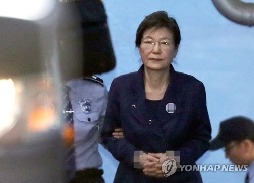 Former President Park Geun-hye leaves the Seoul Central District Court after attending her corruption trial on Oct. 16, 2017. (Yonhap)