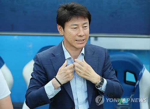 South Korea head coach Shin Tae-yong waits for the start of a Group F match against Sweden during the FIFA World Cup at Nizhny Novgorod Stadium in Nizhny Novgorod, Russia, on June 18, 2018. (Yonhap)