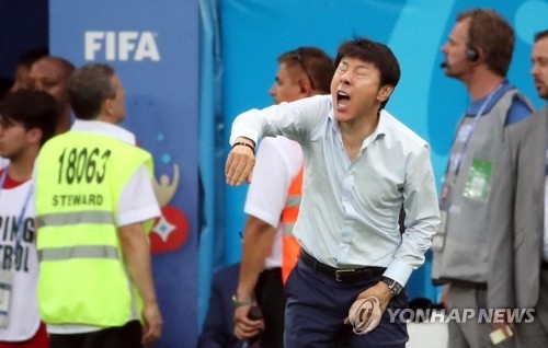 In this file photo from June 23, 2018, South Korean head coach Shin Tae-yong directs his players during their 2-1 loss to Mexico in Group F action at the 2018 FIFA World Cup at Rostov Arena in Rostov-on-Don, Russia. (Yonhap)