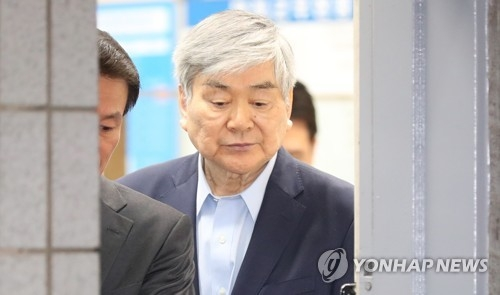 Hanjin Group Chairman Cho Yang-ho leaves the Seoul Southern District Prosecutors' Office on June 29, 2018, after undergoing an interrogation over tax evasion and embezzlement allegations. (Yonhap)
