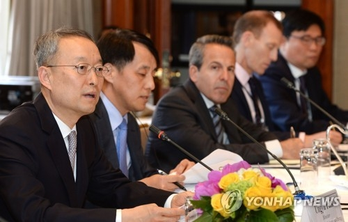 Paik Un-gyu, South Korean minister of trade, industry and energy (L), speaks during a roundtable meeting with American investors in New York on April 29, 2018, in this photo provided by the ministry. (Yonhap)