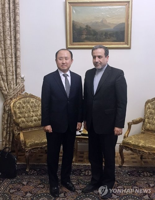 South Korea's Deputy Foreign Minister for Economic Affairs Yun Kang-hyeon (L) meets with Iran's Deputy Foreign Minister Abbas Araghchi on June 26, 2018, in this photo provided by the South Korean Embassy in Iran. (Yonhap)