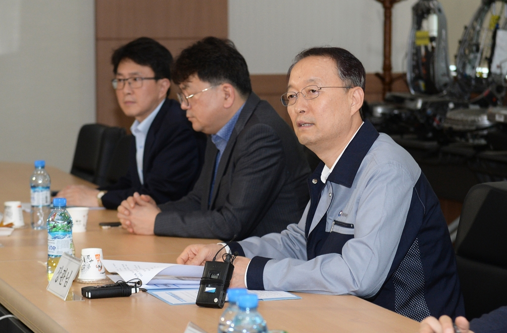 Paik Un-gyu (R), minister of trade, industry and energy, speaks during a meeting with company officials from Renault Samsung Motor Corp.'s parts suppliers in the southeastern port city of Busan on July 10, 2018. (Yonhap)