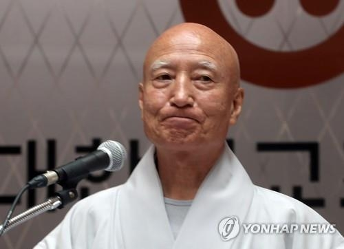 Ven. Seoljeong, the executive chief of the Jogye Order of Korean Buddhism, offers to determine his stance on growing calls for his resignation during a press conference on July 27, 2018. (Yonhap)