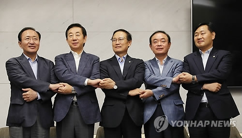 This file photo, taken July 18, 2018, shows the floor leaders of the ruling and opposition parties posing for a photo before their departure for the United States at Incheon International Airport, west of Seoul. (Yonhap)