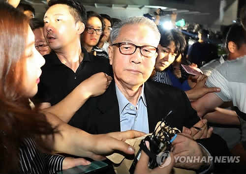 This photo taken on Aug. 6, 2018, shows former Presidential Chief of Staff Kim Ki-choon leaving the Seoul Eastern Detention Center after he was freed due to the expiration of his arrest warrant. He has been on trial over a string of charges, including abuse of power. (Yonhap)