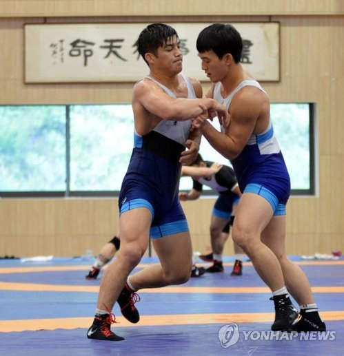 South Korean Greco-Roman wrestler Kim Hyeon-woo (L) trains with his teammate at the National Training Center in Jincheon, North Chungcheong Province, on Aug. 9, 2018. (Yonhap)