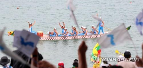The unified Korean canoeing team competes in the women's 500-meter dragon boat racing competition at the 18th Asian Games at the Jakabaring Rowing & Canoeing Regatta Course in Palembang, Indonesia, the co-host city of the Asian Games with Jakarta, on Aug. 26, 2018. (Yonhap)