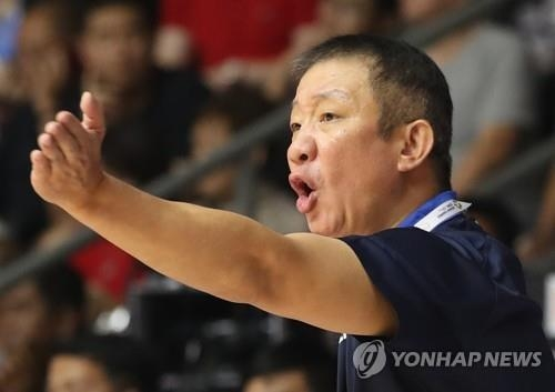 In this file photo from Aug. 27, 2018, Hur Jae, then head coach of the South Korean men's national basketball team, directs his players against the Philippines during the quarterfinals of the 18th Asian Games at GBK Basketball Hall in Jakarta. Hur resigned from his post on Sept. 5, 2018. (Yonhap)