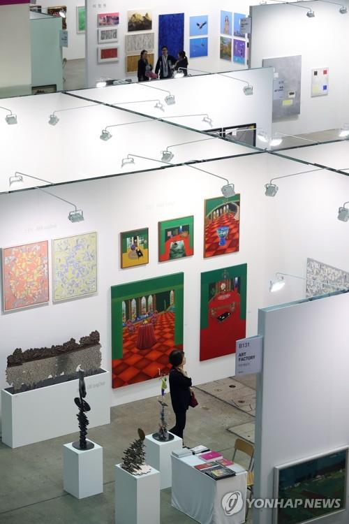 This file photo shows visitors looking at paintings at the Korean International Art Fair at the Convention and Exhibition Center in southern Seoul on Sept. 21, 2017. (Yonhap)