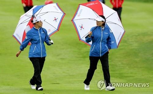 Ryu So-yeon (L) and Chun In-gee of South Korea walked toward the fourth green during the third round of the UL International Crown at Jack Nicklaus Golf Club Korea in Incheon, 40 kilometers west of Seoul, on Oct. 5, 2018, in this photo provided by the tournament organizers. (Yonhap)
