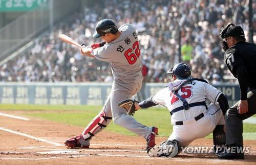 Han Dong-min of the SK Wyverns hits a two-run home run off Josh Lindblom of the Doosan Bears in the top of the first inning of Game 1 of the Korean Series at Jamsil Stadium in Seoul on Nov. 4, 2018. (Yonhap)