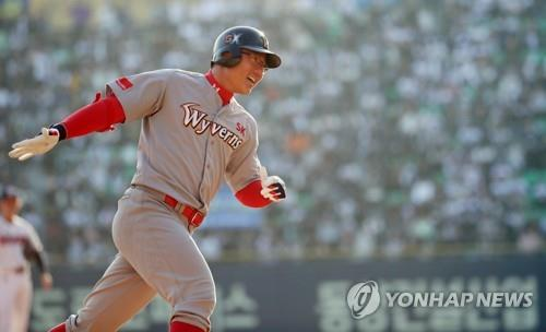 Park Jung-kwon of the SK Wyverns rounds the bases after hitting a two-run home run against the Doosan Bears in the top of the sixth inning of Game 1 of the Korean Series at Jamsil Stadium in Seoul on Nov. 4, 2018. (Yonhap)