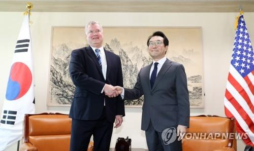 In this file photo from Oct. 29, 2018, Lee Do-hoon (R) , South Korea's special representative for Korean Peninsula peace and security affairs, shakes hands with his U.S. counterpart, Stephen Biegun, at the South Korean foreign ministry headquarters in Seoul. (Yonhap)
