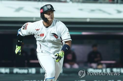 In this file photo from April 26, 2018, Kang Baek-ho of the KT Wiz watches his base hit against the Lotte Giants in the bottom of the seventh inning of a Korea Baseball Organization regular season game at KT Wiz Park in Suwon, 45 kilometers south of Seoul. (Yonhap)