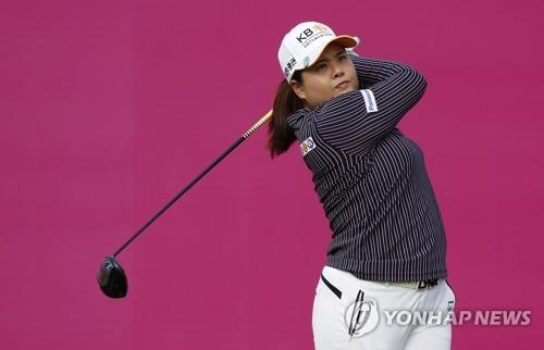 In this Associated Press file photo from Sept. 16, 2018, Park In-bee of South Korea tees off at the start of the final round at the Evian Championship in Evian, eastern France. (Yonhap)
