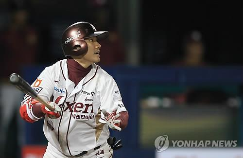 In this file photo from April 23, 2015, Moon Woo-ram, then of the Nexen Heroes, watches his bases-loaded double against the Doosan Bears in the bottom of the fifth inning of a Korea Baseball Organization regular season game at Mokdong Stadium in Seoul. (Yonhap)