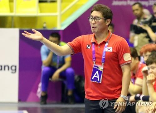 This file photo taken Aug. 22, 2018, shows South Korea men's national handball team head coach Cho Young-shin guiding his players during a match against Bahrain at the 18th Asian Games in Jakarta. (Yonhap)