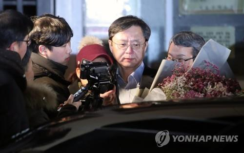 Woo Byeong-woo is released from jail on Jan. 3, 2019, after the court decided not to extend his detention. Woo has started two separate appeals trials, over illegal surveillance and power abuse, for which he was sentenced to 1 1/2 years and 2 1/2 years, respectively. He was jailed on Dec. 15, 2017. (Yonhap)