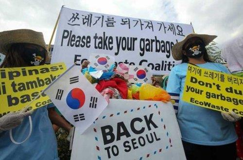 This undated photo, captured from The Philippine Star, shows a civic protest calling for South Korea to bring back the trash. (Yonhap)