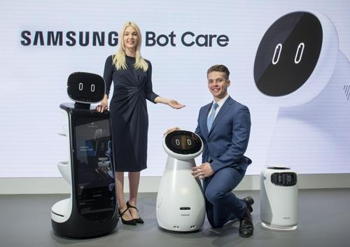 Models showcase Samsung Electronics Co.'s AI health care robot during a press conference in Las Vegas on Jan. 7, 2018. (Yonhap)