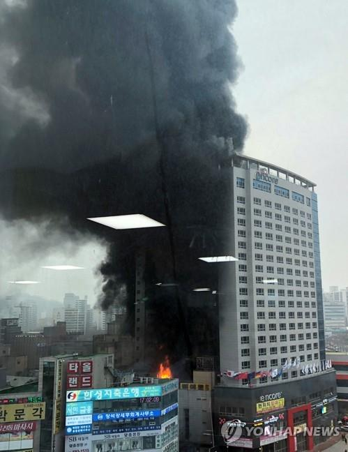Plumes of smoke come out of the Ramada Encore Cheonan hotel in Cheonan, South Chungcheong Province, on Jan. 14, 2019 in this photo provided by a local resident. (Yonhap)