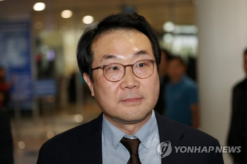 South Korea's top nuclear envoy, Lee Do-hoon, arrives at the Hanoi international airport on Feb. 22, 2019. (Yonhap)