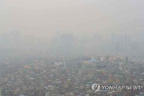 The sky over Seoul, seen from Mount Nam on March 6, 2019, is covered with heavy fine dust particles. (Yonhap)