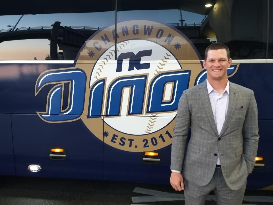 Drew Rucinski, pitcher for the NC Dinos baseball club, poses next to the team bus after arriving at Incheon International Airport following the team's spring training in Tucson, Arizona, on March 8, 2019. (Yonhap)
