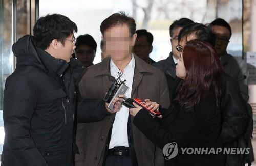 An executive of SK Chemicals arrives at the Seoul Central District Court on March 14, 2019, to attend a hearing on his arrest warrant requested by prosecutors. (Yonhap)