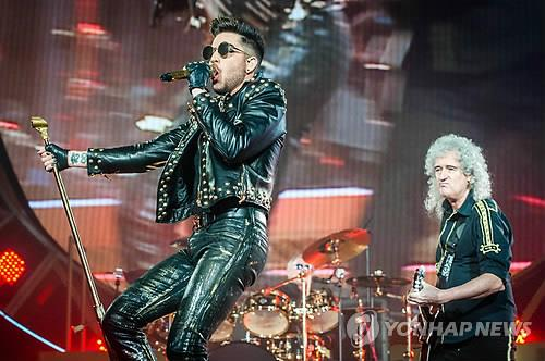 This file photo shows member of British rock band Queen Brian May (R) and U.S. singer-songwriter Adam Lambert performing together during the 91st Annual Academy Awards at the Dolby Theatre in Hollywood, California on Feb. 24, 2019. (Yonhap)