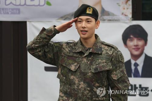 Actor Im Si-wan salutes his fans at a military boot camp in Yangju, Gyeonggi Province, on March 27, 2019, as he was discharged from the Army after completing his mandatory military service. (Yonhap)