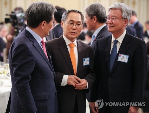 This file photo, dated Dec. 10, 2018, shows South Korean Ambassador to Russia Woo Yoon-keun (C) talking with then South Korean Ambassador to China Noh Young-min (L) and South Korean Ambassador to the United States Cho Yoon-je during their meeting at the presidential office Cheong Wa Dae in Seoul. (Yonhap)