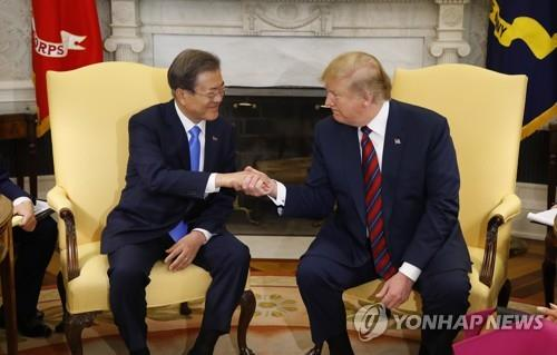 South Korean President Moon Jae-in (L) shakes hands with U.S. President Donald Trump ahead of their meeting at the White House in Washington on April 11, 2019. (Yonhap)