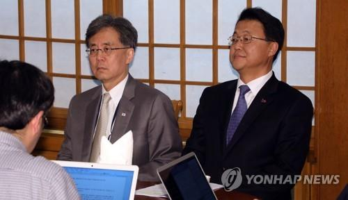 Kim Hyun-chong (L), a deputy director of the National Security Office at Cheong Wa Dae, and economic adviser Joo Hyung-chul prepare for a press briefing on April 14, 2019, regarding President Moon Jae-in's planned trip to Central Asian nations this week. (Yonhap)