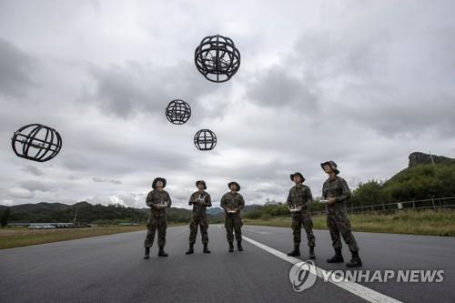 "Soldiers learn how to operate ""dronebots"" -- a combination of the words ""drone"" and ""robot"" -- at a runway on the premises of the Third Republic of Korea Army headquarters in Yongin, south of Seoul, on Sept. 28, 2018. (Yonhap)"